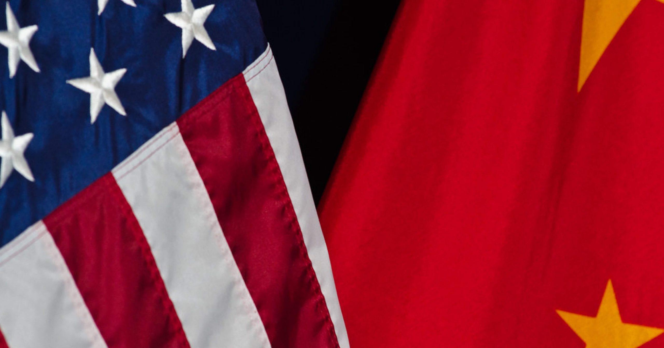 Banderas de Estados Unidos y China