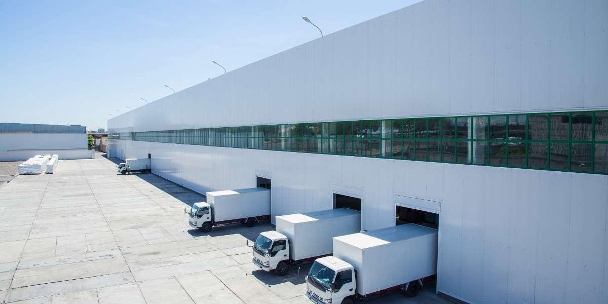 Bodega con camiones estacionados en zona franca