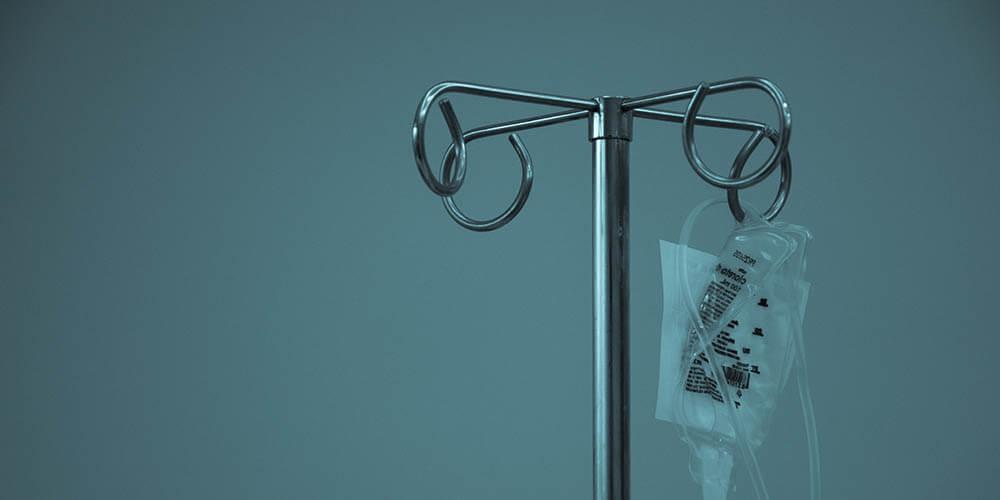 Bolsa de suero médico colgado de un soporte