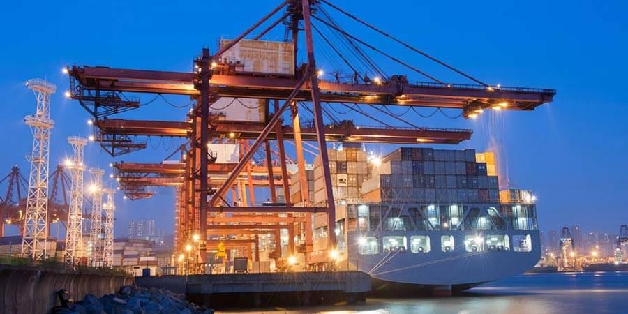 Buque con contenedores en un puerto con grúas