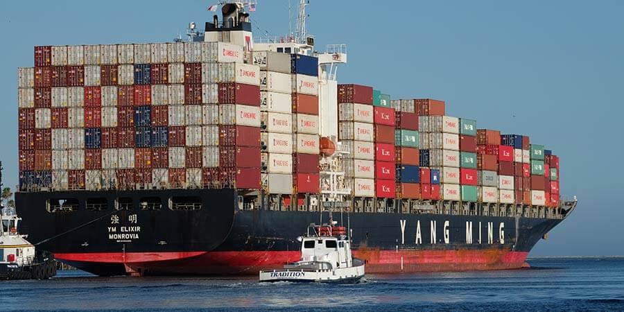 Buque con contenedores navegando