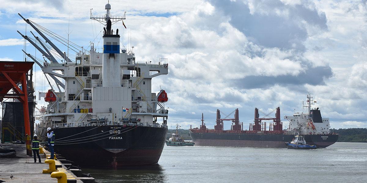 Buque en puerto marítimo