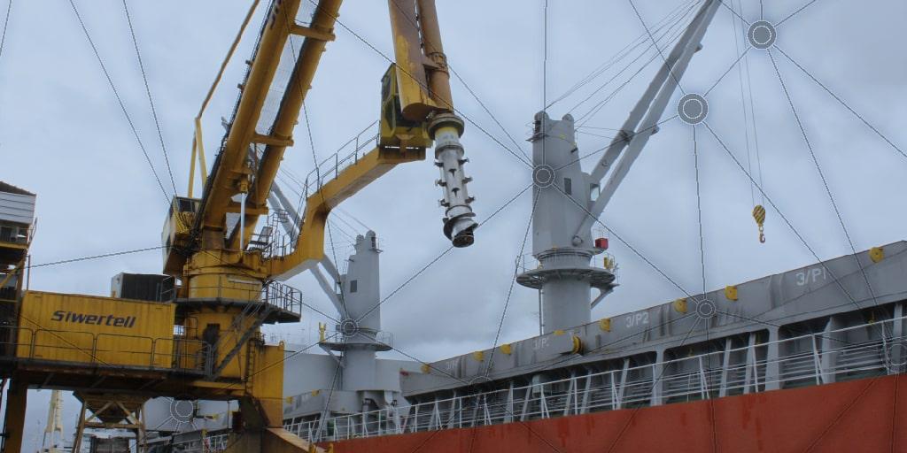 Buque atracado en puerto y máquina Siwertell