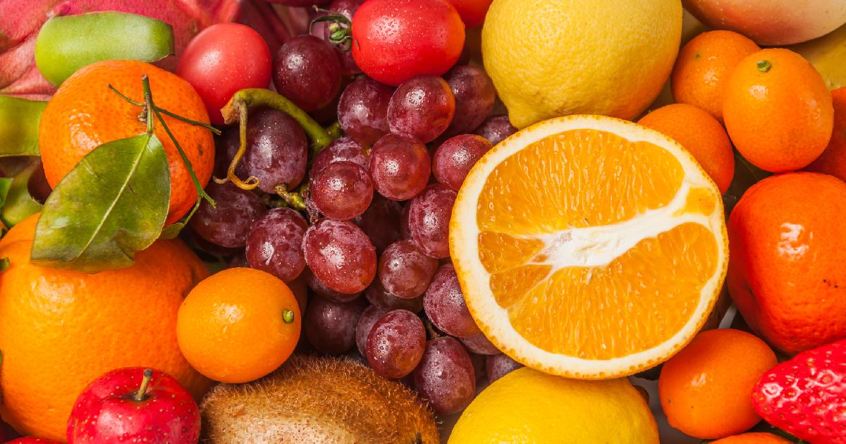 Variedad de frutas naranja uvas manzana