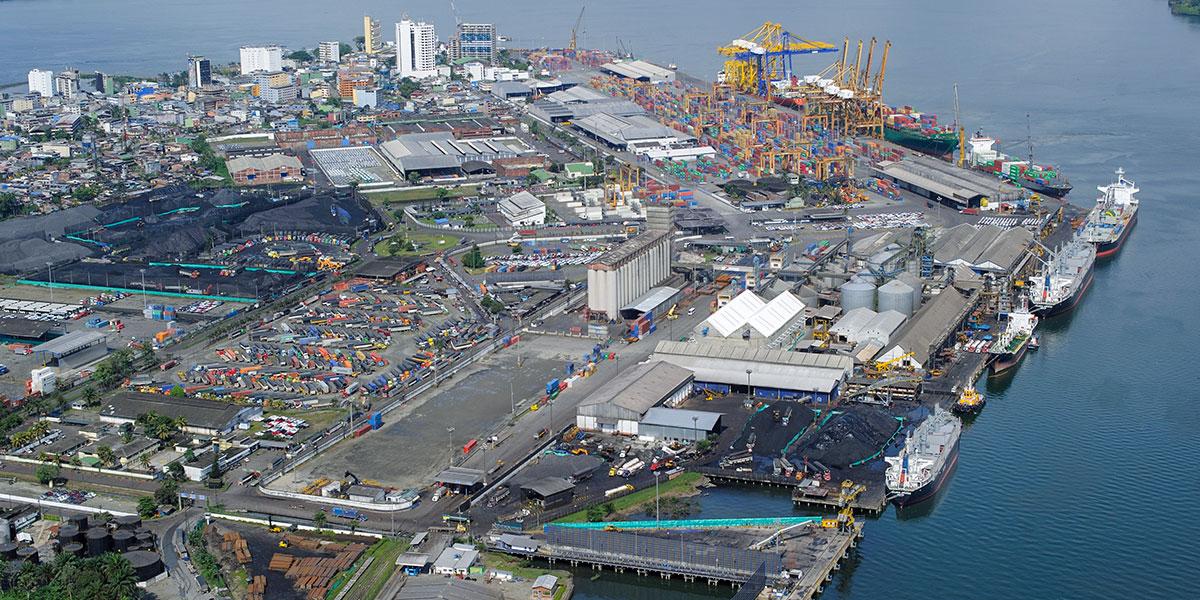 Puerto de buenaventura con edificios, buques y grúas