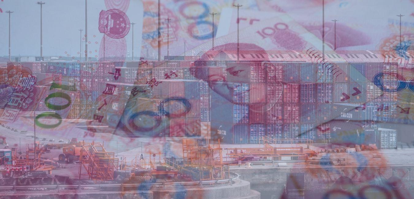 Contenedores en puerto y billetes de China