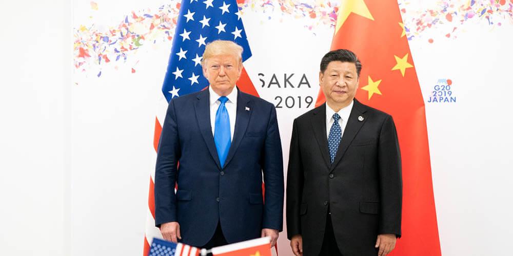 Trump y Jinping de pie con las banderas de EEUU y China al fondo